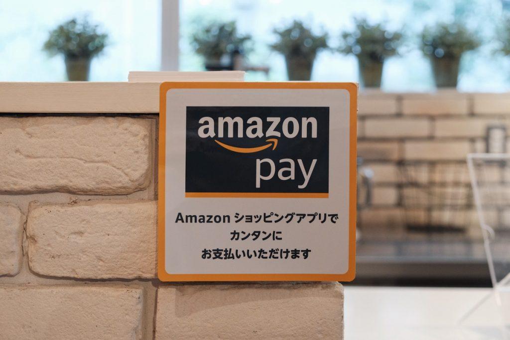 Amazon Payが使えるお店にはこのステッカーが貼られています。
