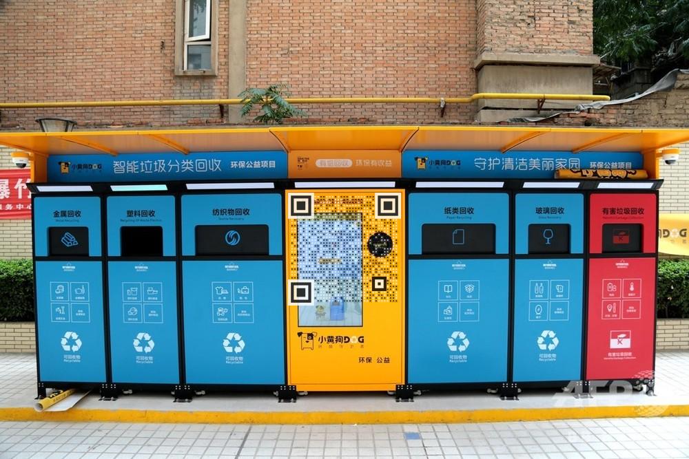 小黄狗にゴミを投入する市民